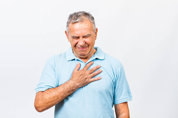sintomas de ataque cardíaco - mão no peito imagens e fotografias de stock