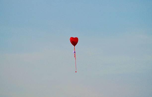 herz ballons in den himmel schweben - trauer verlust stock-fotos und bilder