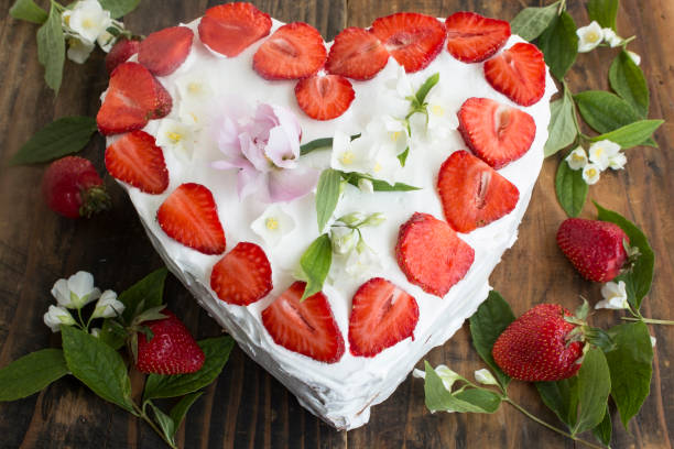 herz-käsekuchen mit erdbeeren - jasmin party stock-fotos und bilder