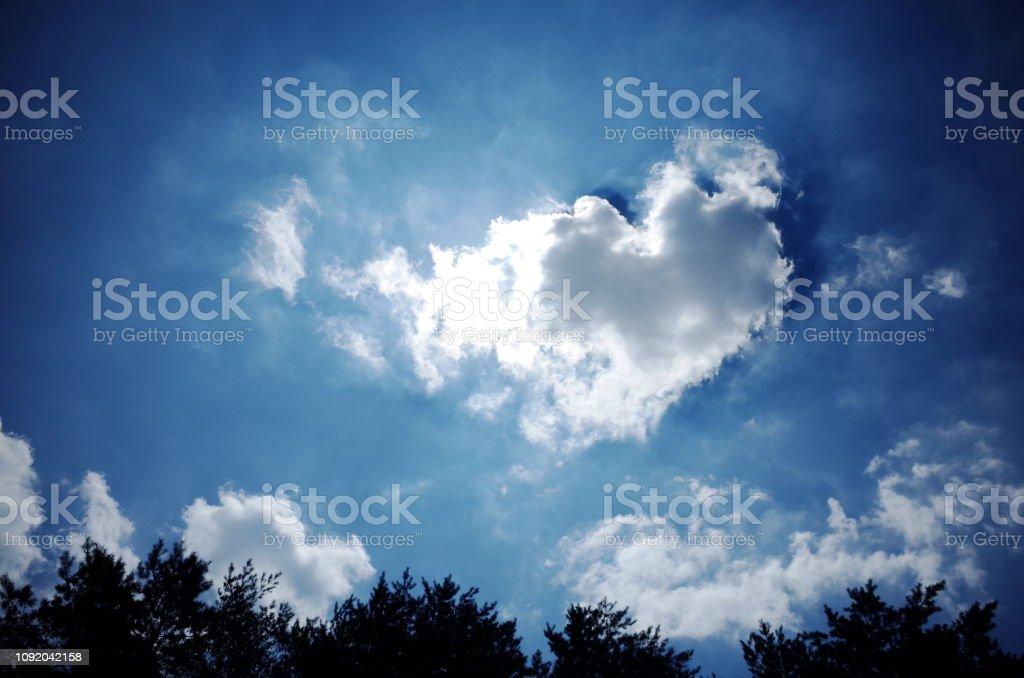 하늘에 하트모양 구름이 예쁘다