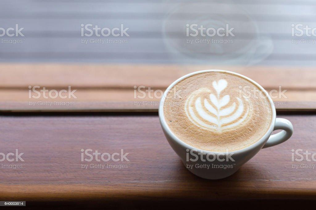 heart drawing latte art coffee cup on side of window. - Lizenzfrei Aromatherapie Stock-Foto