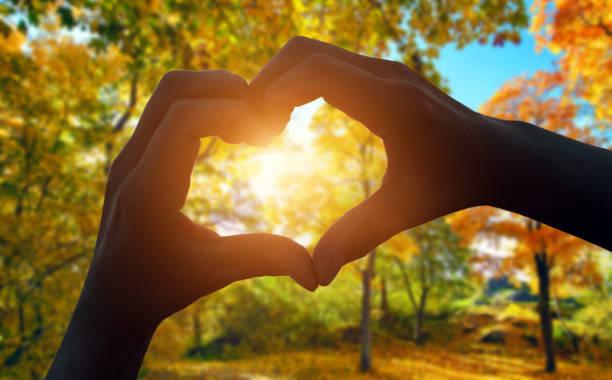coração gesto com a mão - setembro amarelo - fotografias e filmes do acervo