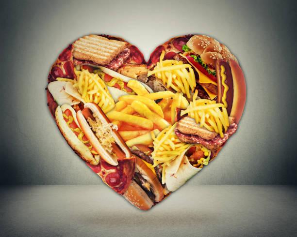 saúde do coração e conceito mau do risco do curso da dieta. coração dado forma do alimento gordo da sucata rápida - junk food - fotografias e filmes do acervo