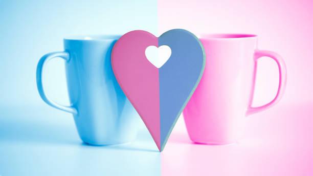 corazón delante de dos tazas - happy couple sharing a cup of coffee fotografías e imágenes de stock
