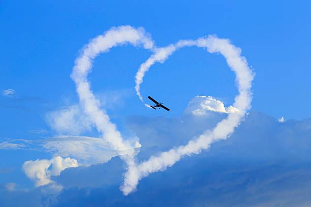 herz in the sky - schrift am himmel stock-fotos und bilder