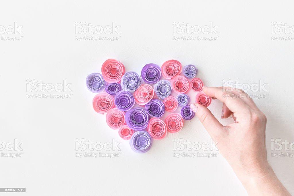 Herz Aus Papier Rosa Und Lila Blüten Mit Frauenhand Weibliche Hand