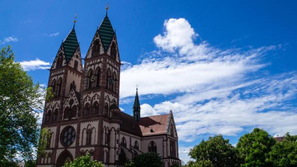 heart of jesus church in the city of freiburg im breisgau surrounded by green trees - jesus and heart zdjęcia i obrazy z banku zdjęć