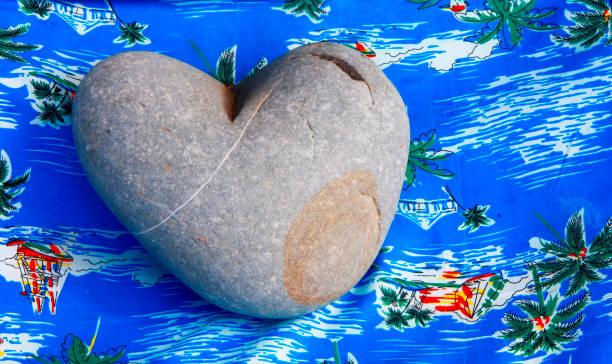 Avuç içi ile taş ve mavi arka plan Kalp stok fotoğrafı