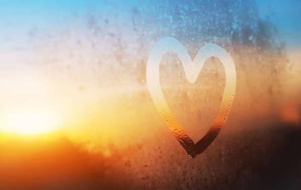 Coração em misted janela - foto de acervo
