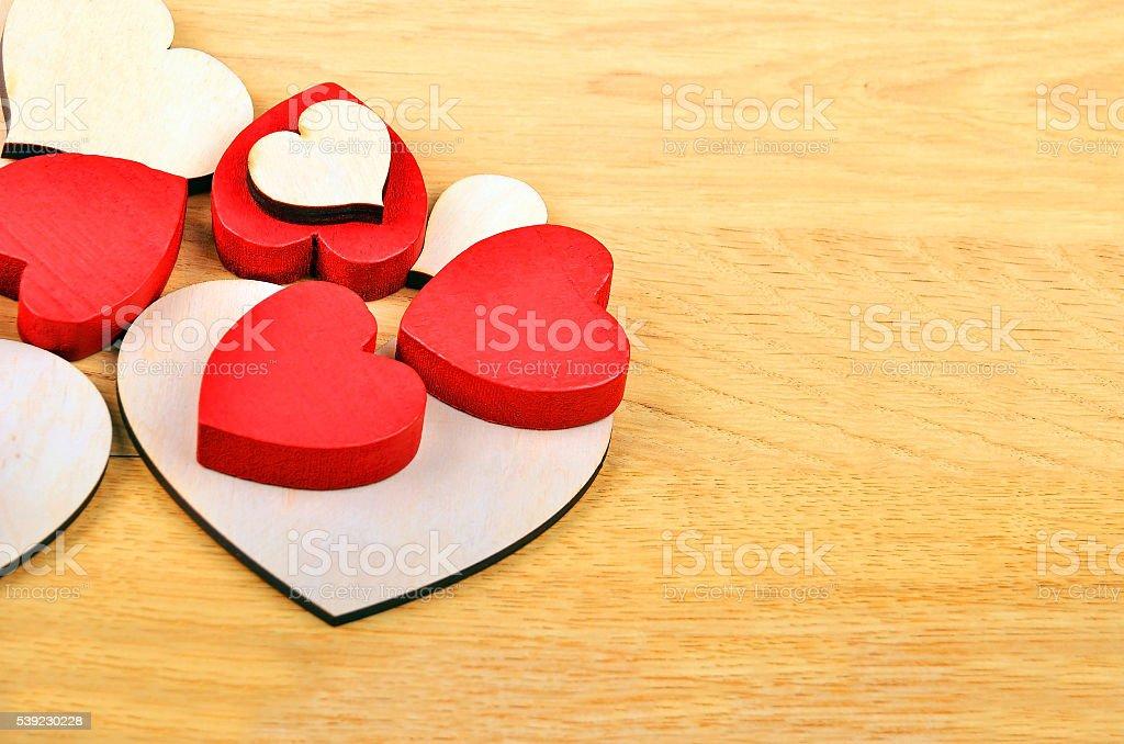 Corazón sobre fondo de madera  foto de stock libre de derechos