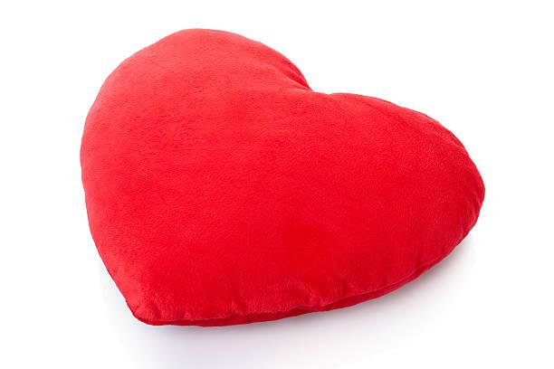 Corazón rojo sobre blanco, almohada, amortiguación - foto de stock