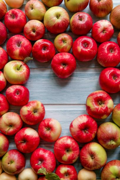 Fundo das maçãs da forma do coração - foto de acervo
