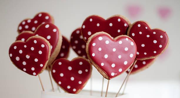 herz-form-cookies zum valentinstag - lutscher cookies stock-fotos und bilder