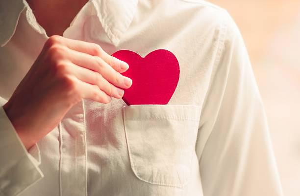 Herz Form Liebe Symbol in Frau Hände – Foto