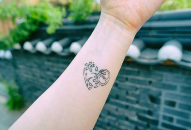 Small Tattoo Afbeeldingen Beelden En Stockfotos Istock