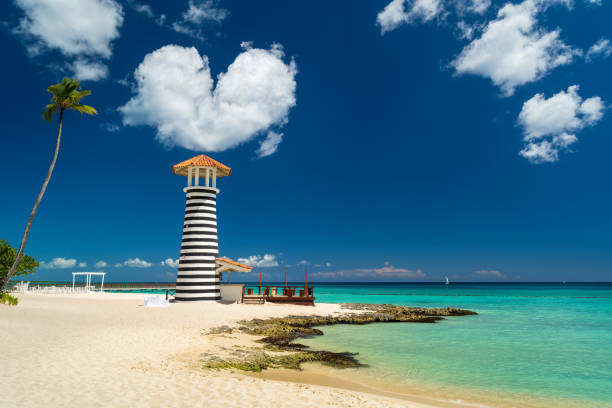 Herzförmige Wolke über Leuchtturm am Strand der Karibik, Dominikanische Republik, Bayahibe - Liebe Hochzeit Konzept – Foto