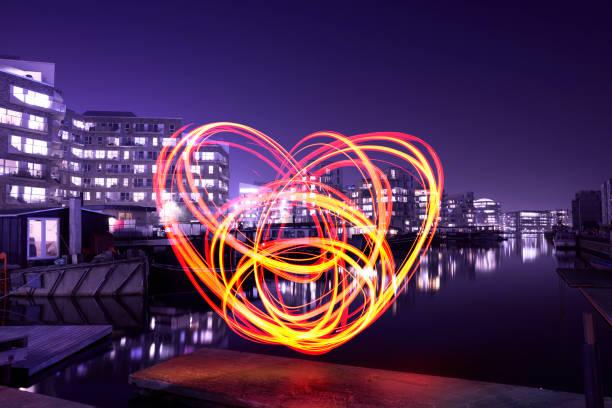Herzförmige Lichtmalerei in der Stadt – Foto