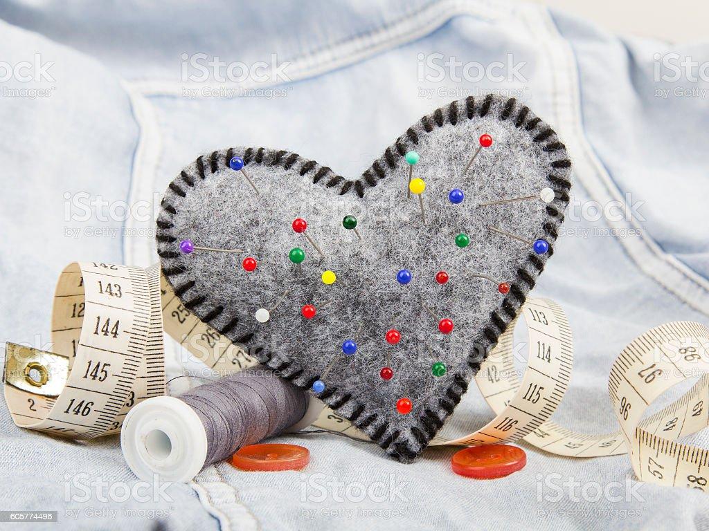 pincushion em forma de coração e acessórios personalizados - foto de acervo