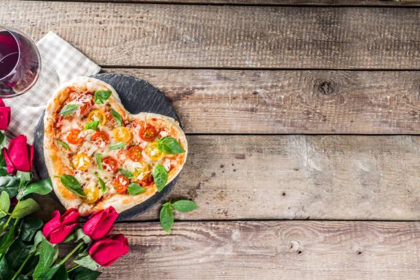 Herzförmige Pizza zum Valentinstag – Foto