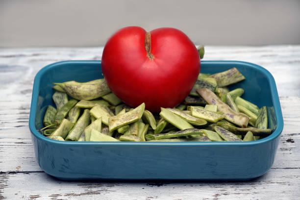 Hasido de tomate en forma de corazón. Me encanta la comida saludable. - foto de stock