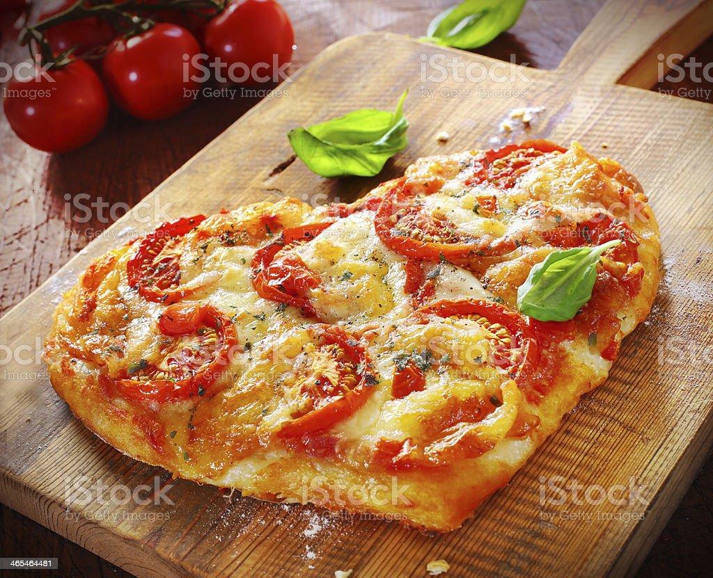pizza vegetariana a forma di cuore - Foto stock royalty-free di Amore