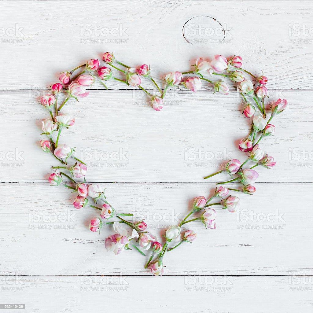 Símbolo de coração feito de flores - foto de acervo
