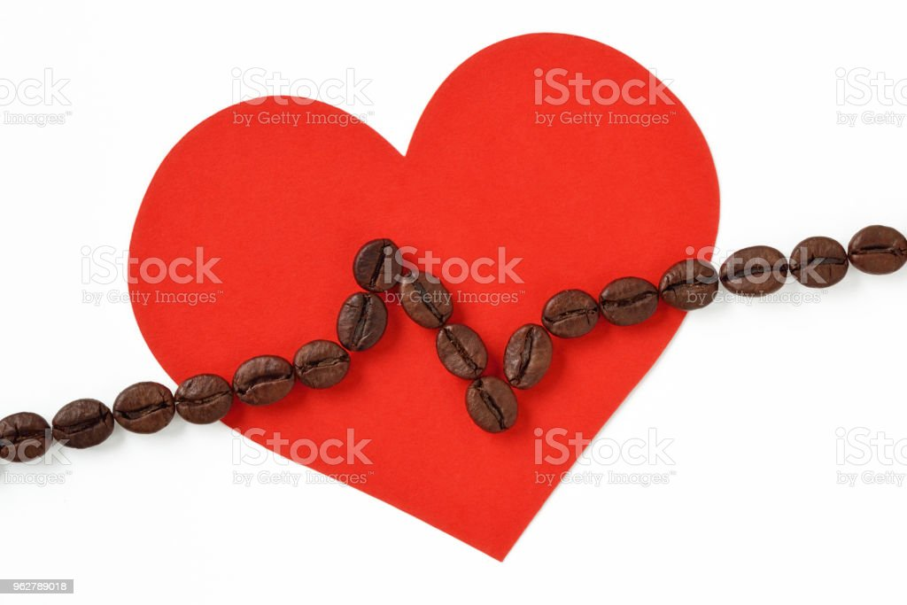 Heart with cardiogram line made of coffee beans - Foto stock royalty-free di Accudire