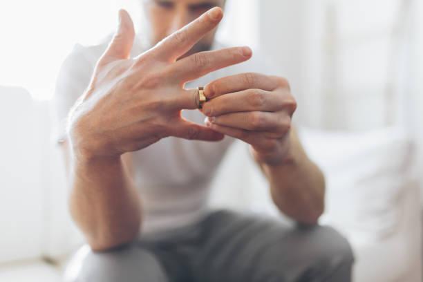 Herzlicher Mann hält einen Hochzeitsring – Foto