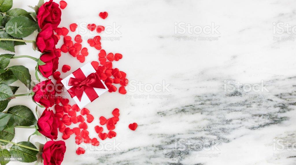 Herzen und Rosen für Holiday Love auf Marmor Hintergrund – Foto