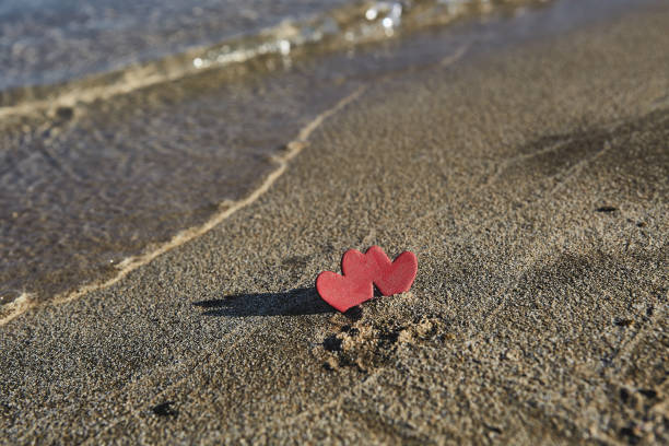 herzen auf einem sand des strandes - hochzeitsreise zypern stock-fotos und bilder