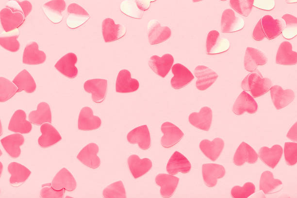 Herzen formen Konfetti auf rosa Pastell Urlaub Hintergrund. – Foto