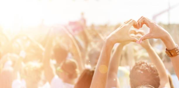 hartvormige symbool voor populaire band - traditioneel festival stockfoto's en -beelden