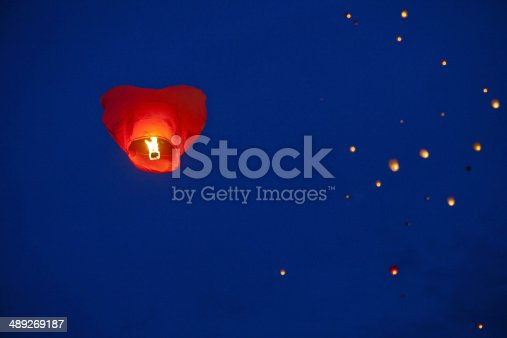 istock Heart-shaped chinese lantern in the night sky 489269187