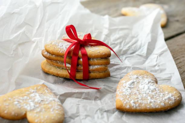 herzform cookies. - hausgemachte zuckerplätzchen stock-fotos und bilder