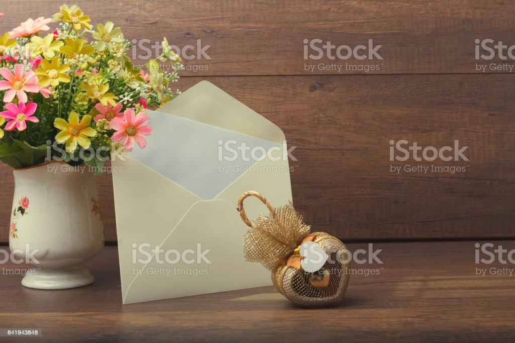 Herzförmigen Geschenk mit gelben Einladung Karte und Blume vase – Foto