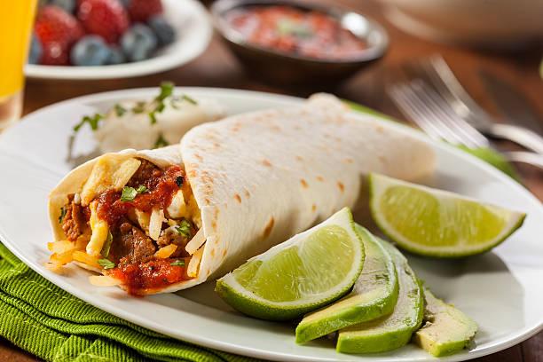 herzhaftes chorizo frühstücks-burrito - wurst käse dips stock-fotos und bilder