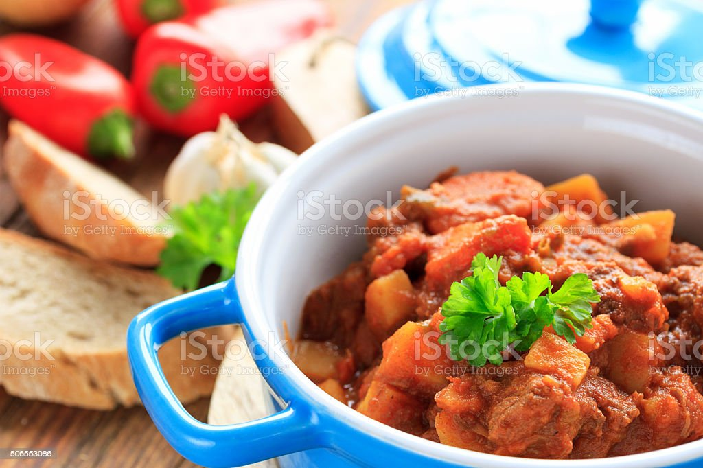 deftiger gulasch topf stock photo