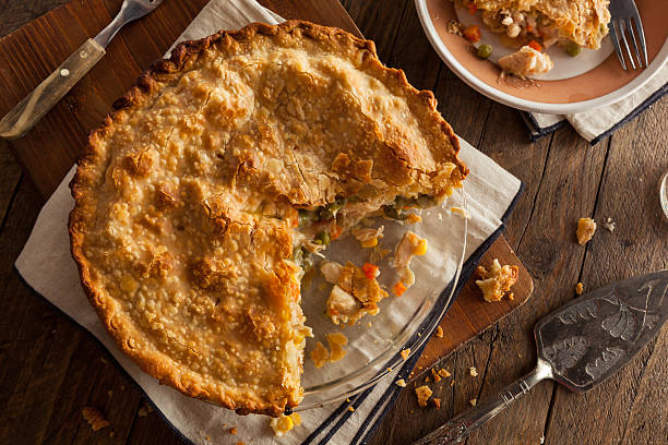 delicioso caseiro torta de frango - torta salgada - fotografias e filmes do acervo