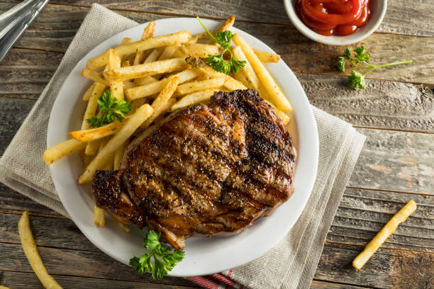 Hearty Homemade Steak and French Fries - foto de stock