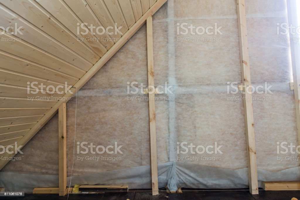 Isolation thermique et des billes en bois lattage prêt pour la finition faits de planches languettées - Photo