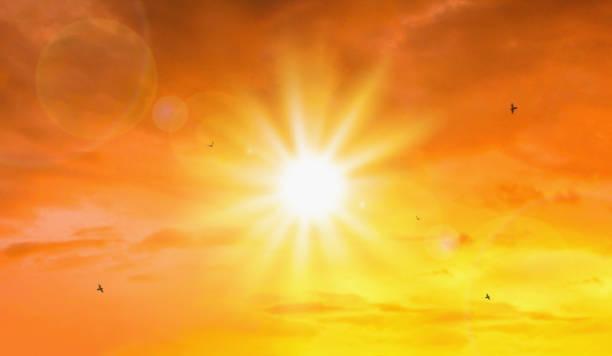 極端太陽和天空背景的熱浪。全球變暖概念的炎熱天氣。夏季的溫度。 - 明亮 個照片及圖片檔
