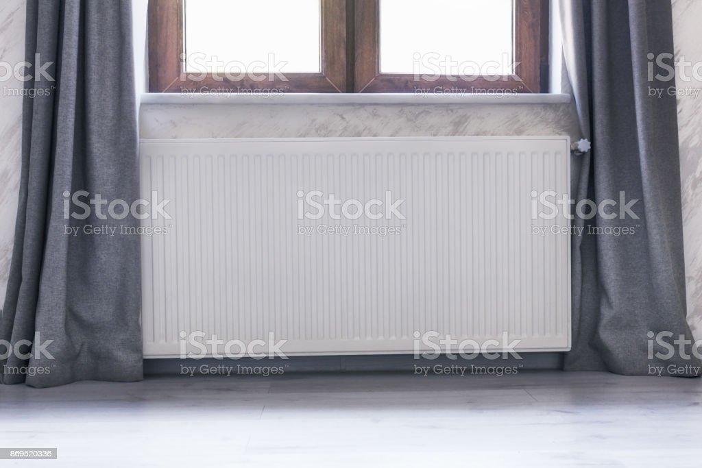 photo libre de droit de radiateur sous la fenêtre avec une armature
