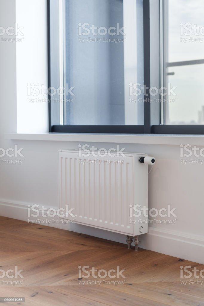Weiße Heizkörper Mit Einsteller Der Erwärmung Im Wohnzimmer Mit Großem  Fenster Und Holzboden Stockfoto und mehr Bilder von Anpassen