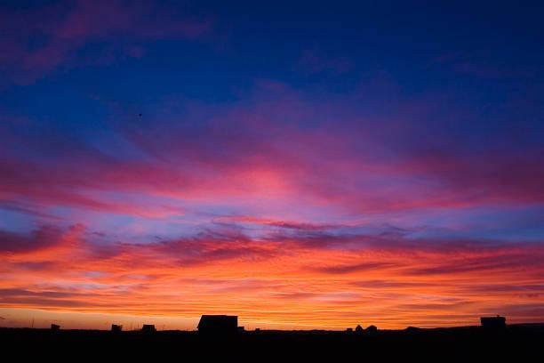 himmel ist auf feuer - elemi stock-fotos und bilder