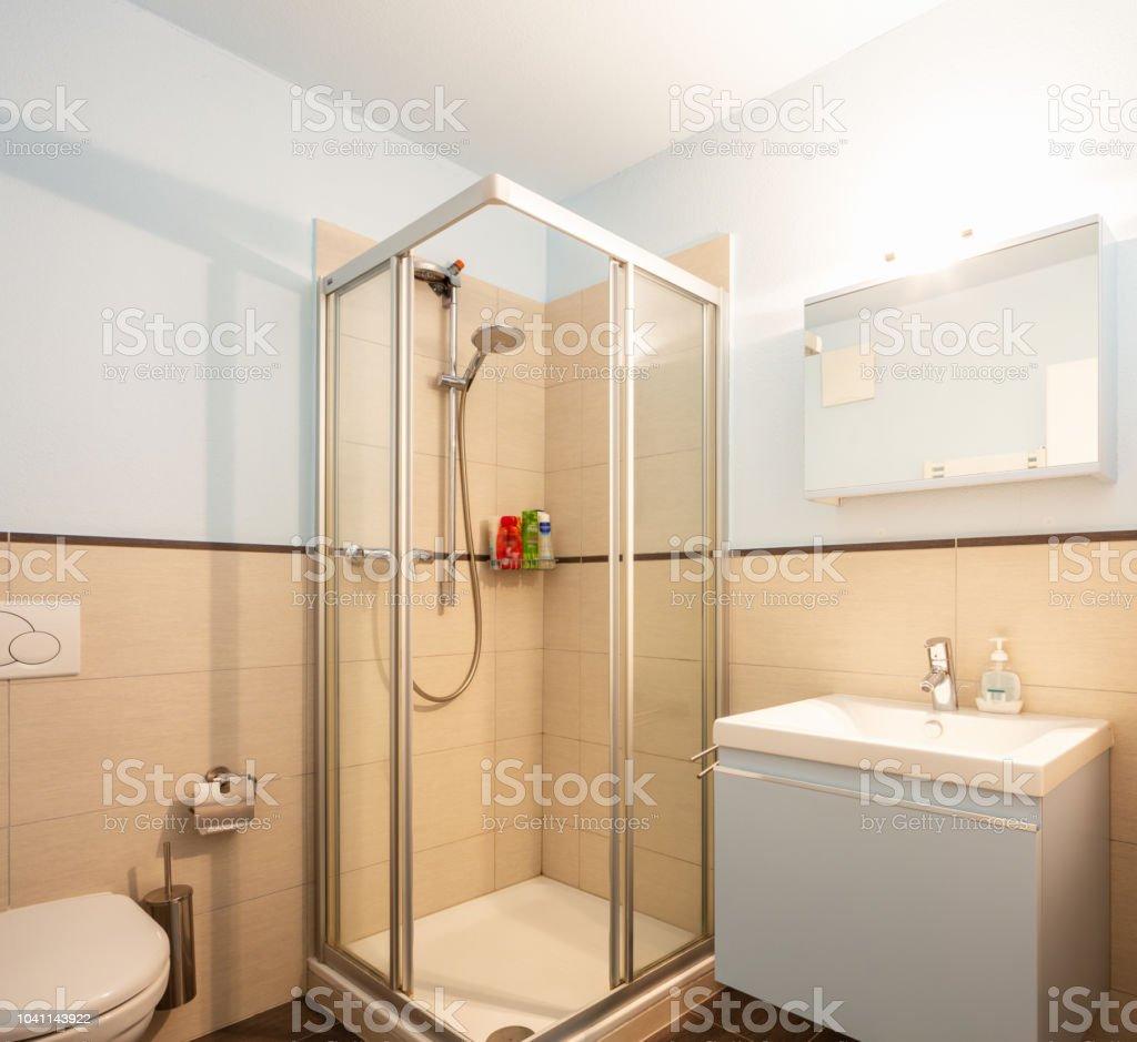 Himmlischen Badezimmer Mit Dusche Und Waschbecken Stockfoto ...