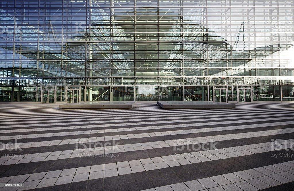 Puerta de cielo-que reflejan en moderna fachada - foto de stock