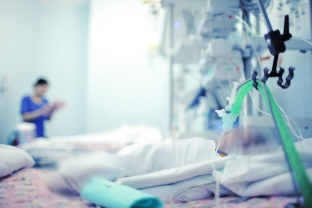 zware ademhaling baby met behulp van de apparatuur en de zuurstof in een ziekenhuisbed in moderne nicu - ventilator bed stockfoto's en -beelden