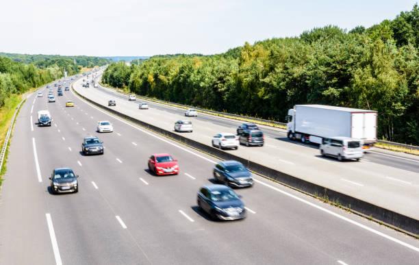 Trafic lourd mais fluid sur l'autoroute A10 en France par une journée ensoleillée. - Photo