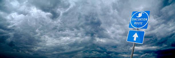 hurrikan-evakuierungs route straßenschild - kinderlandverschickung stock-fotos und bilder