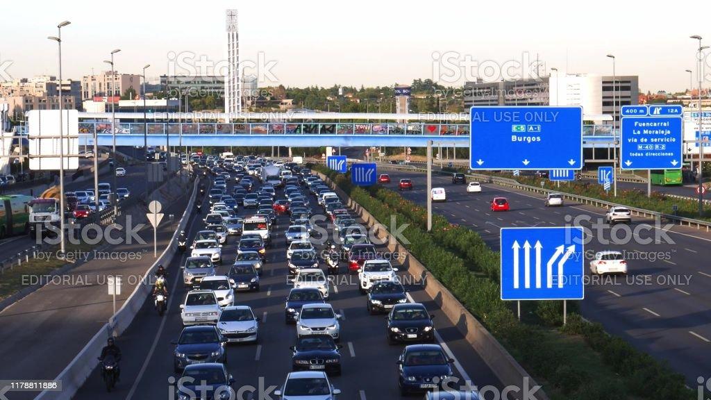 Tráfico de carreteras de cercanías pesado en la autopista A1 en Las Tablas, Madrid - Foto de stock de Autopista libre de derechos